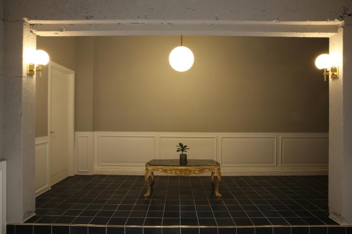 Интерьер парикмахерской: стол с ящиками