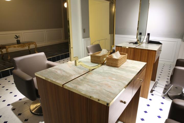 Интерьер парикмахерской: встроенный в стену шкаф