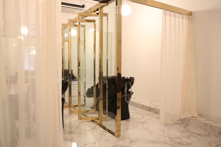 Интерьер парикмахерской: стеклянные двери