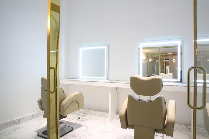 Интерьер парикмахерской: светодиодная подсветка зеркал