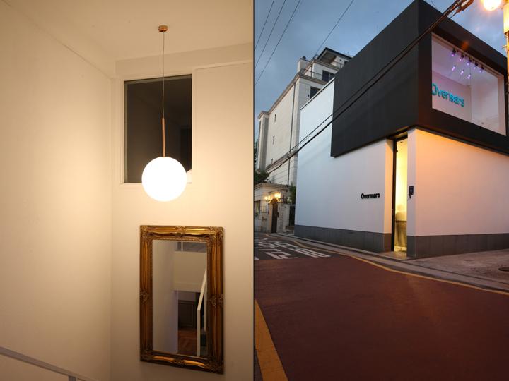 Интерьер парикмахерской: вход ярко освещён
