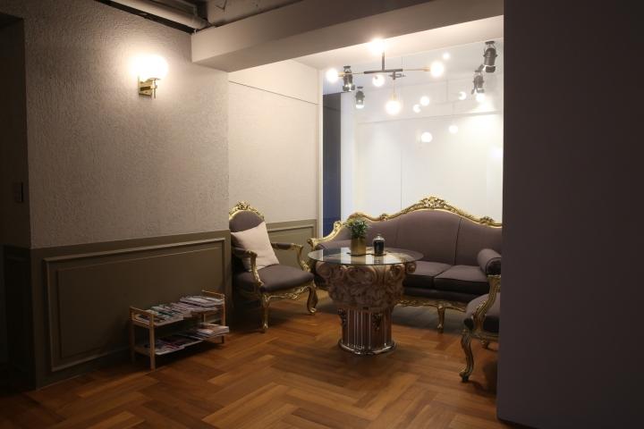 Интерьер парикмахерской: нежные оттенки серого цвета