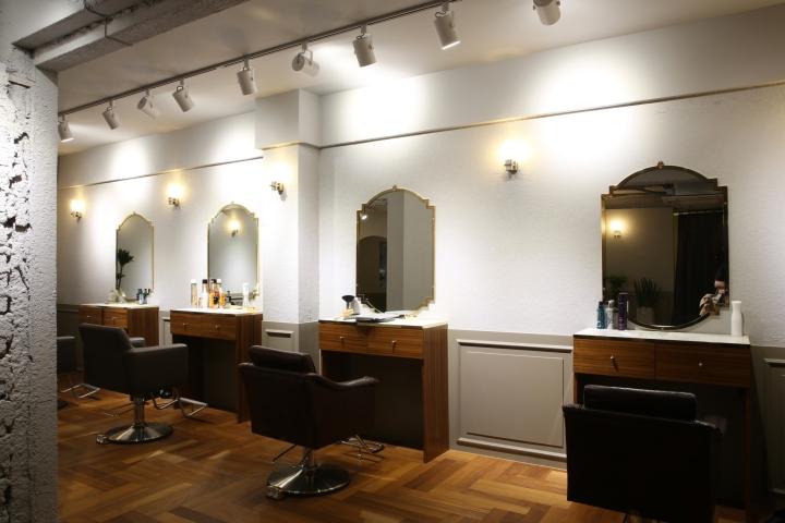Интерьер парикмахерской: многочисленные лампы