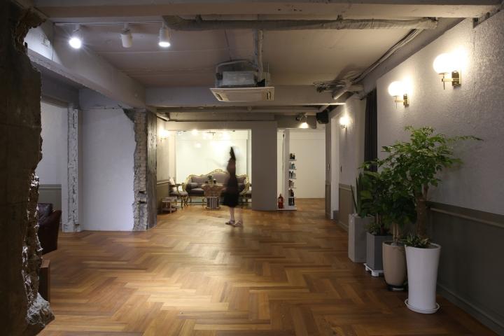 Интерьер парикмахерской: светильники делают свет теплее