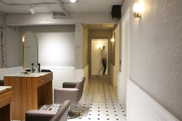 Интерьер парикмахерской: элегантные кресла и серый кирпич
