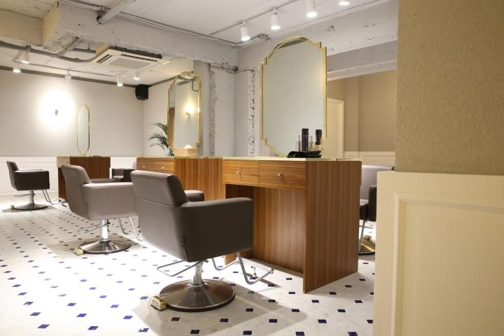 Интерьер парикмахерской: рабочее место стилиста