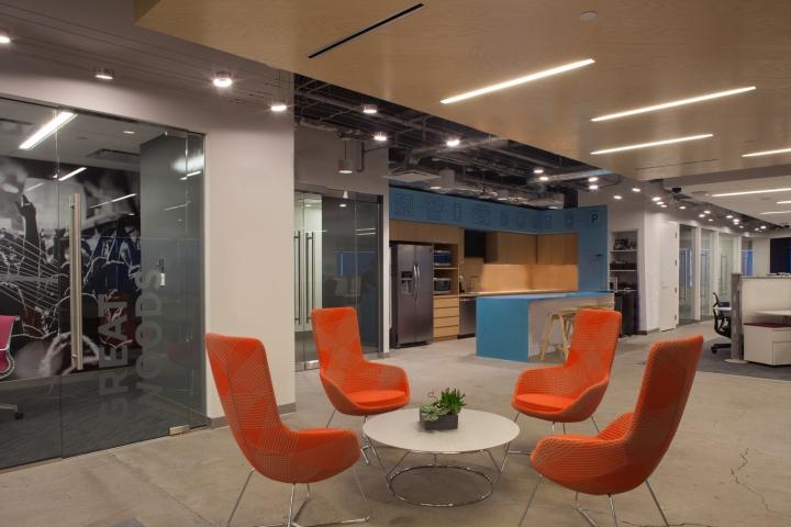 Новый интерьер помещений офиса компании Pandora Media в США - дизайн светильников