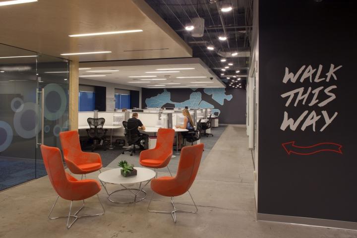 Новый интерьер помещений офиса компании Pandora Media в США - оранжевый в интерьере