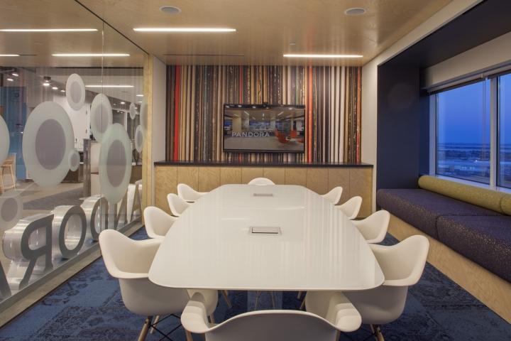 Новый интерьер помещений офиса компании Pandora Media в США - дизайн конференц-зала