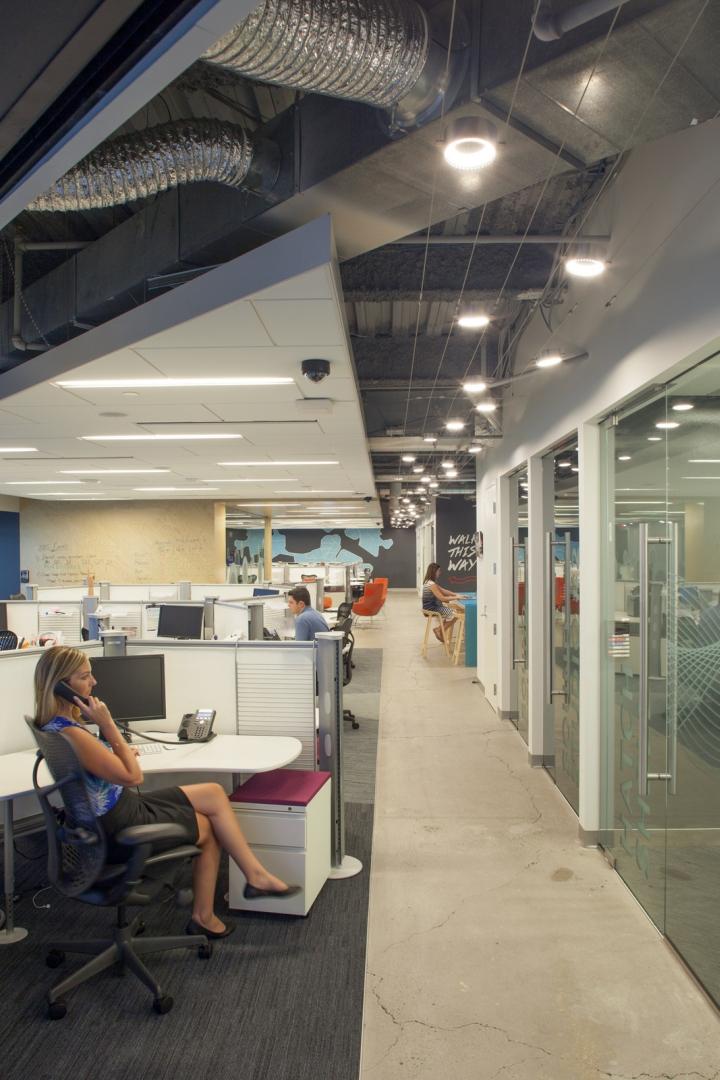 Новый интерьер помещений офиса компании Pandora Media в США - единое рабочее пространство