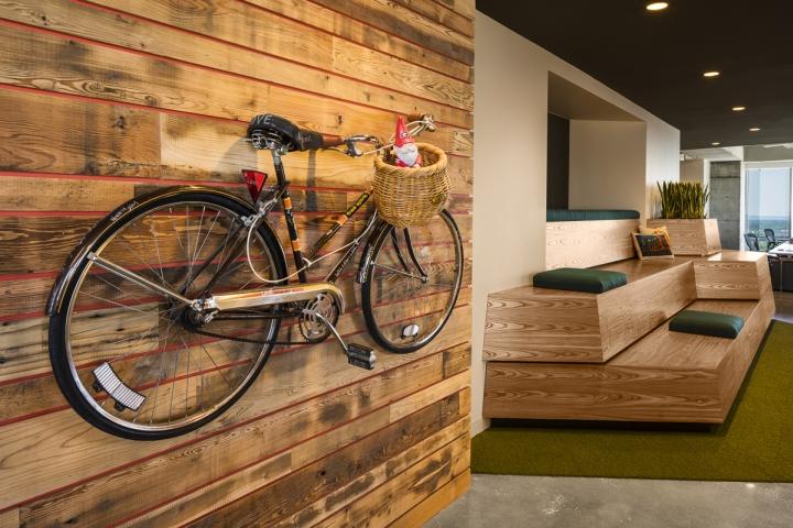 Велосипед в интерьере рабочего офиса
