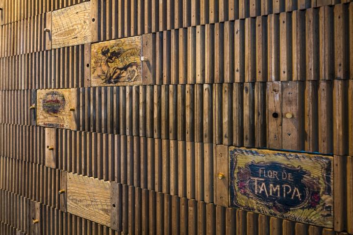 Декоративная стена в интерьере рабочего офиса