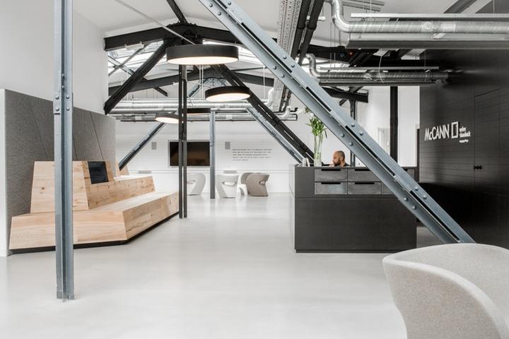 Интерьер рабочего офиса McCann Worldgroup в Берлине: оптическое увеличение пространства