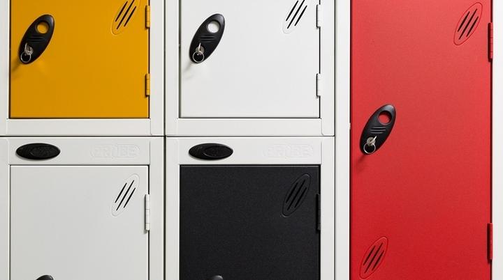 Английский интерьер рабочего офиса - ячейки для личных вещей