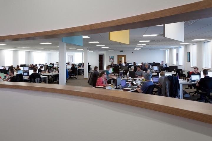 Английский интерьер рабочего офиса - зал для сотрудников
