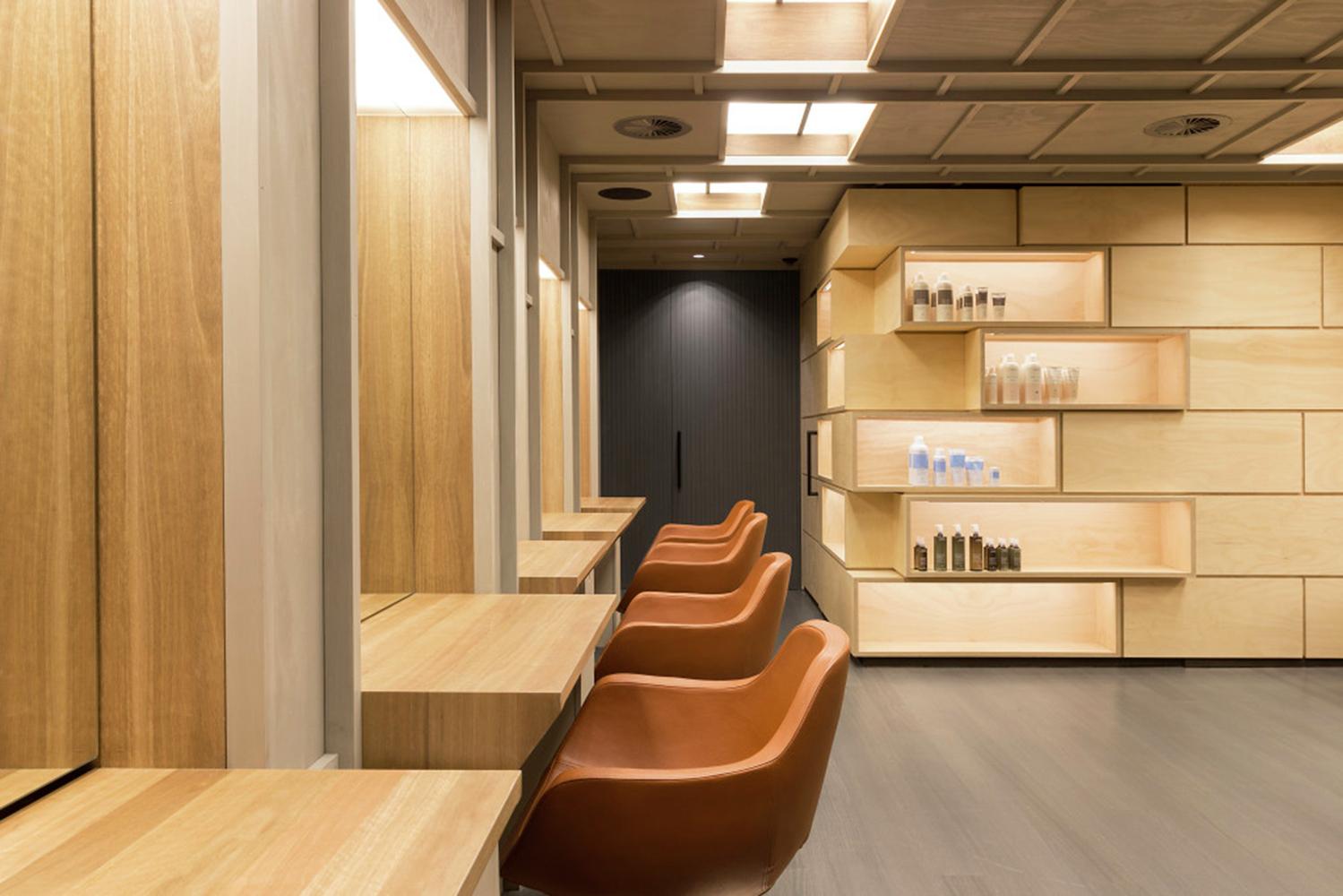 Оформление парикмахерского зала в салоне красоты.