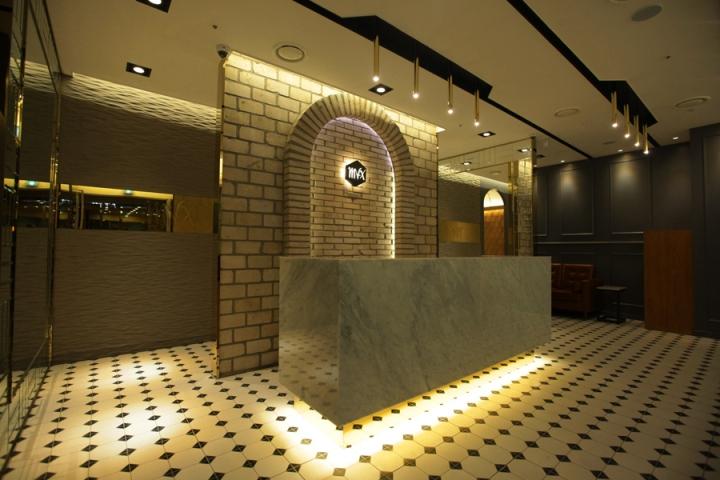Интерьер салона красоты: каменная стена за стойкой