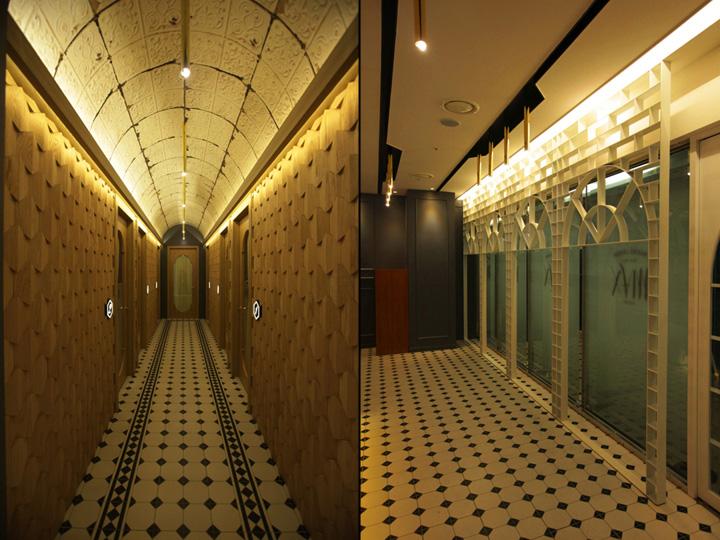 Интерьер салона красоты: стены, облицованные рельефными деревянными панелями