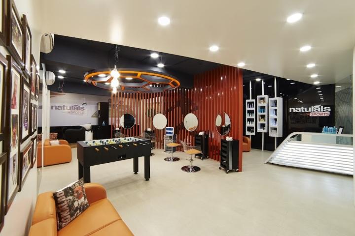 Интерьер салона красоты: конструкция на потолке в форме футбольного мячя