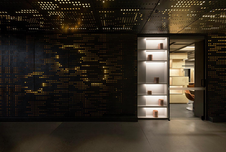 Интерьер салона красоты: небольшие отверстия в металлоконструкции