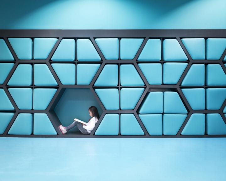 Интерьер школы: подушки складываются обратно в стену