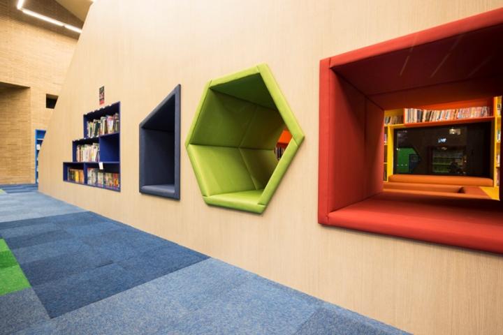Интерьер школы: голубой, зеленый, желтый и красный цвета