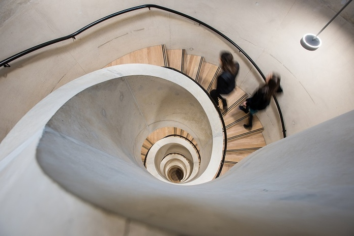 Винтовая лестница в интерьере школы