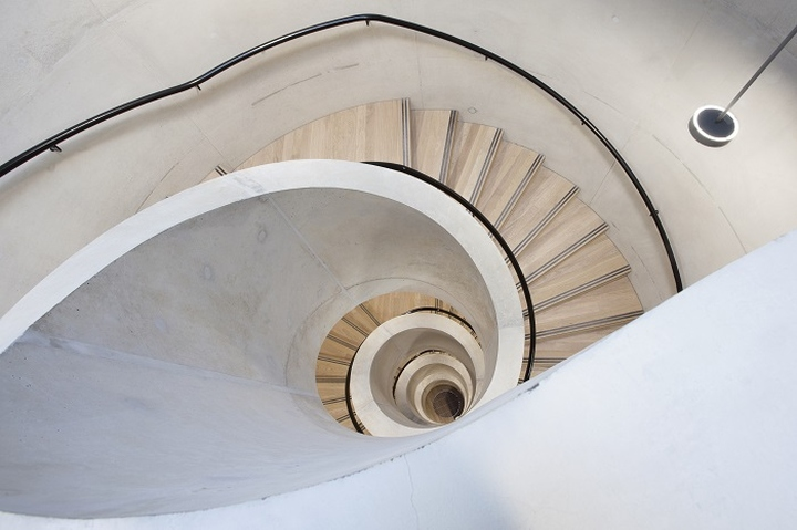 Бетонная винтовая лестница в интерьере школы