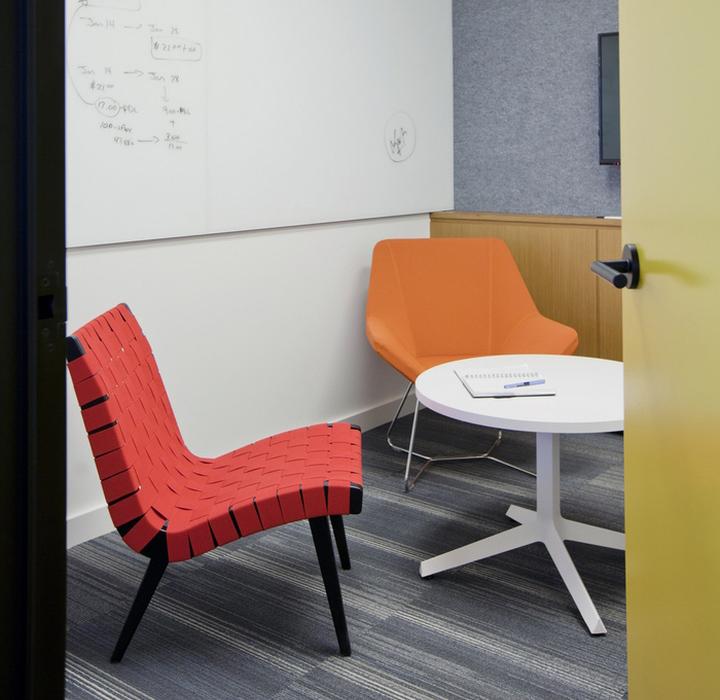Интерьер современного офиса: яркие стулья