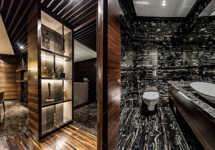 Туалет в современном индийском офисе