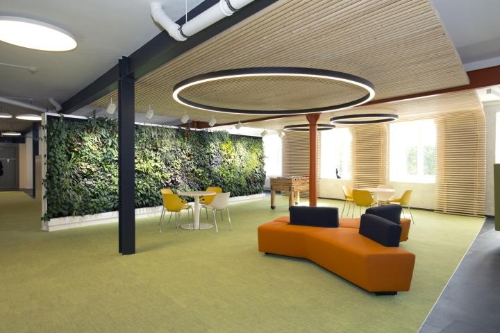Интерьер современного офиса компании Rosenthal HQ - панель на стене из растений