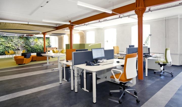 Интерьер современного офиса компании Rosenthal HQ - оранжевый цвет в оформлении