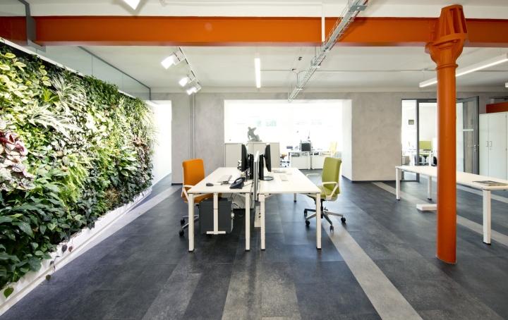 Интерьер современного офиса компании Rosenthal HQ - зелёная панель, делящая помещение на зоны
