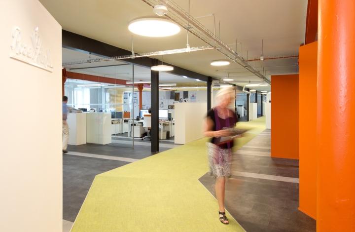Интерьер современного офиса компании Rosenthal HQ - яркие стены
