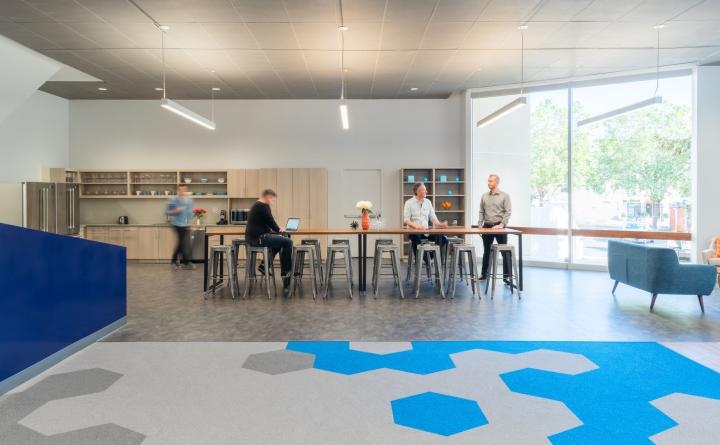 Уютный и приятный интерьер современного офиса в Калифорнии, США: место для перерыва