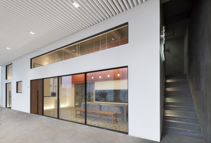 Футуристичный интерьер современного офиса в Китае: стекло, бетон и металл