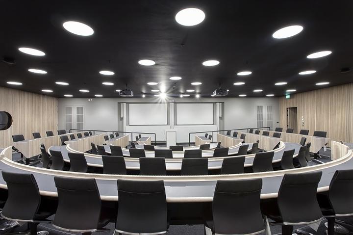 Интерьер современной школы: аудитория для лекций