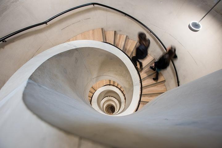 Интерьер современной школы: винтовая лестница