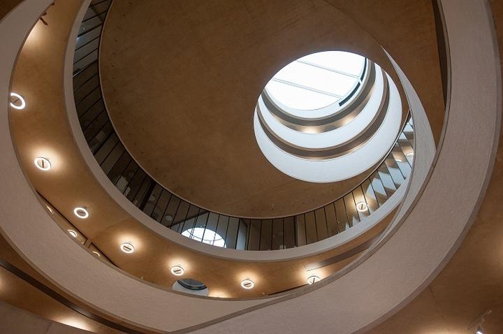 Интерьер современной школы: лестница вверх