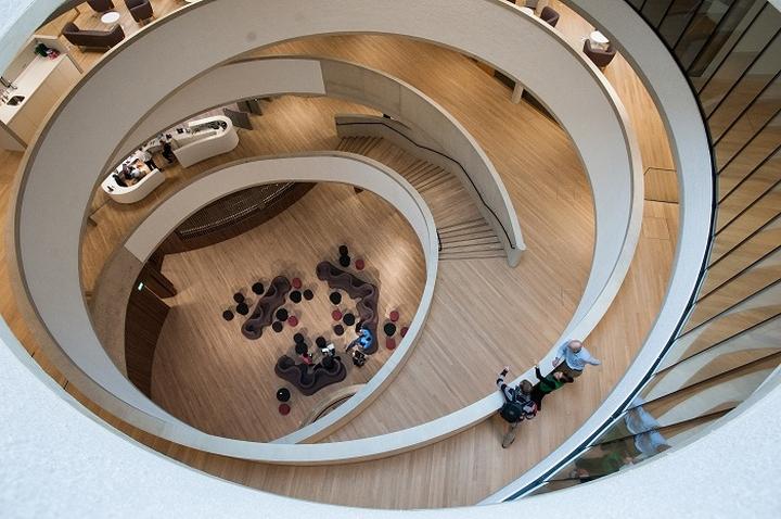 Интерьер современной школы: закрученная лестница