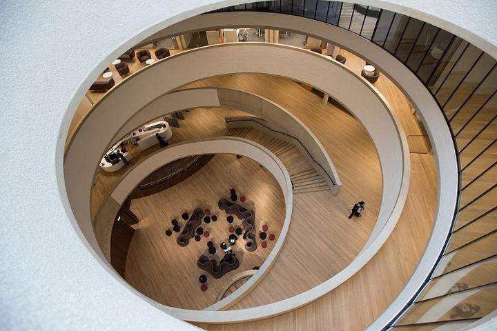 Интерьер современной школы: пространство в центре