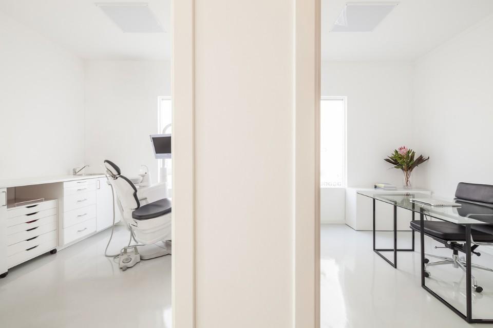 Белые кабинеты в интерьере стоматологической клиники