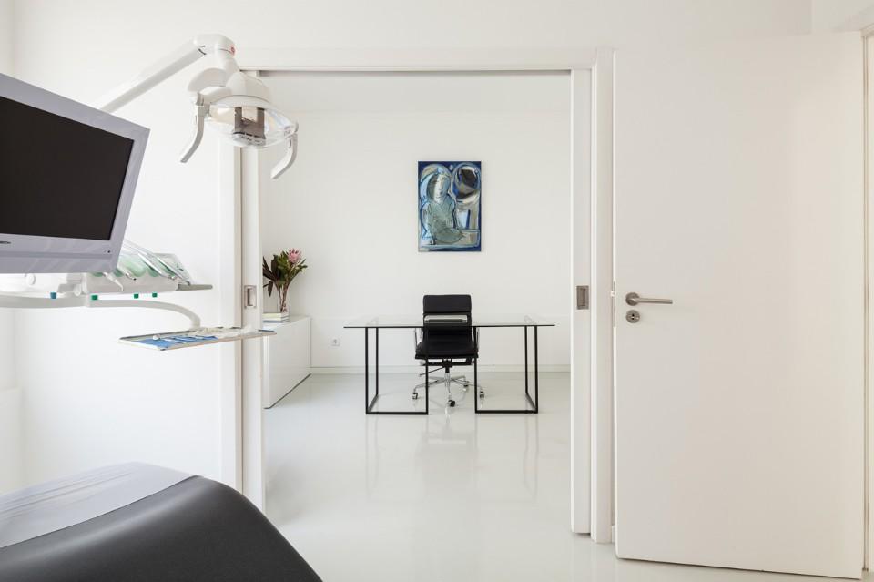 Белые двери в интерьере стоматологической клиники