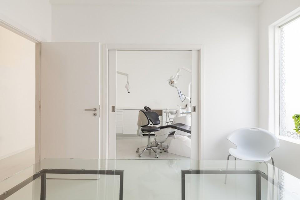 Оригинальное белое кресло в интерьере стоматологической клиники