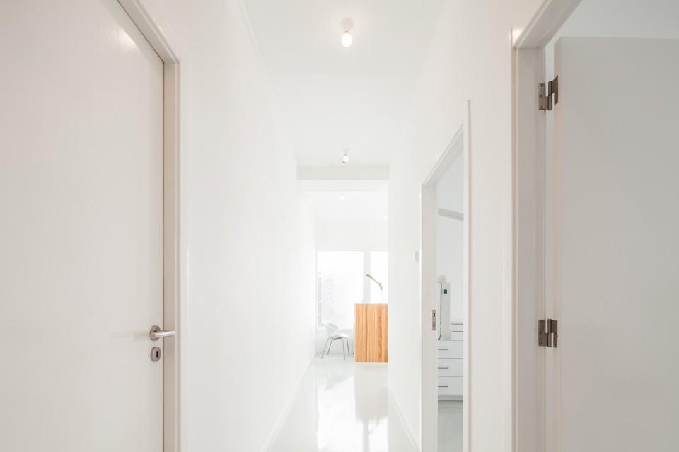 Белый глянцевый пол в интерьере стоматологической клиники