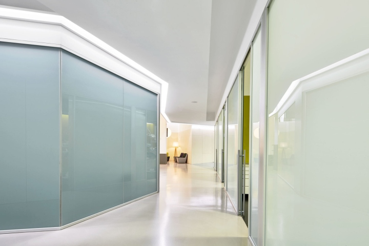 Интерьер стоматологической клиники: подсветка на потолочных плинтусах