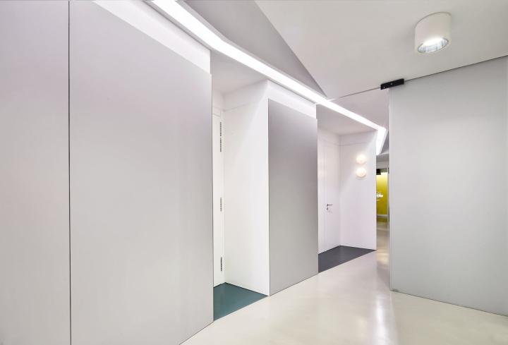 Интерьер стоматологической клиники: серый тон пола