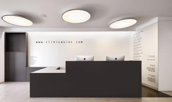 Интерьер стоматологической клиники: лампы над столом регистрации