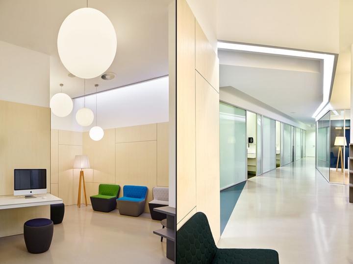 Интерьер стоматологической клиники: яркое освещение помещений и коридоров