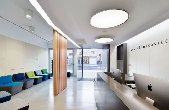 Интерьер стоматологической клиники: деревянная перегородка делит холл